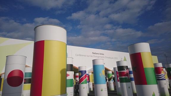 COP会場入り口。各国の国旗をデザインした柱が立ち並ぶ