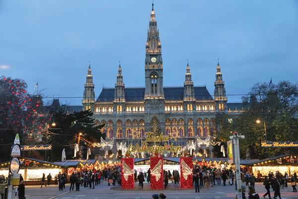 ウィーン市庁舎前のクリスマス市(出典:ウィーン・クリスマス市ホームページ)