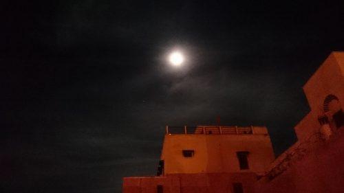 モロッコの夜空を明るく照らすスーパームーン
